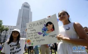 (国际)(2)洛杉矶万人游行抗议美政府移民政策