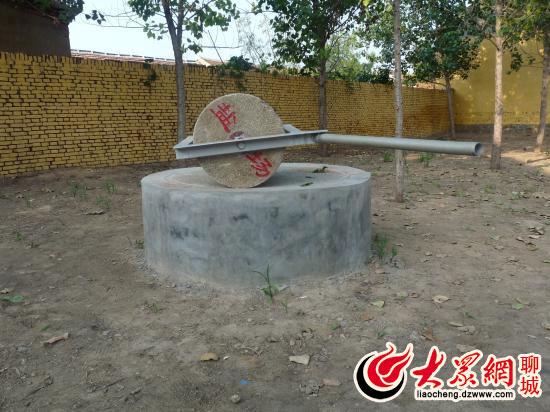 大众网聊城9月20日讯(记者 王新)石碾石磨是中国乡村最古老的粮食加工工具之一,曾与人们的生活密切相关。但随着农业机械化的发展,曾经流传了数千年的石碾石磨从繁忙到冷落,逐渐到清闲,如今已基本退出了历史舞台。功能尽失的石碾石磨等老物件如今变身村头艺术品,唤出了很多人的乡村记忆。这,得益于高唐县开展的城乡环卫一体化工作。 干净整洁的街道,规范有序的垃圾箱,清新的空气,宜人的环境这是走进高唐县姜店镇的直观感受,通过大力实施城乡环卫一体化工程,清理了脏、乱、差等乡村乱象,为村民打造了一个美丽家园。