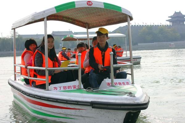 志愿者带领孩子们乘船游览东昌湖风景.大众网记者 王新 摄