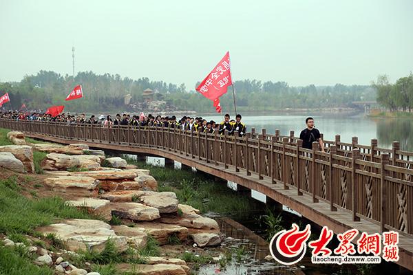 大众网聊城4月18日讯 -东昌中学举行远足活动 学子团结互助一路高歌