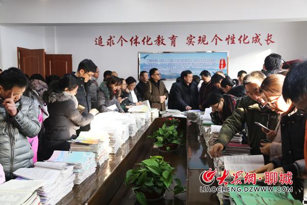 与会人员围观东昌中学的教学案等材料.大众网记者 王传胜 摄-聊城举