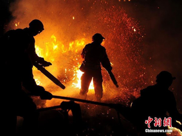 森林消防员正在进行夜间灭火演练. 刘栋 摄图片