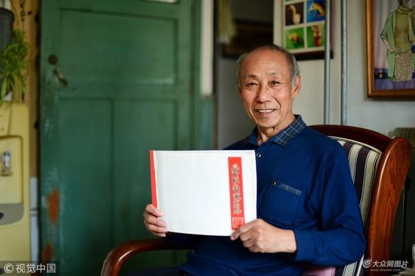 山东新闻    今年已经77岁的退休教师张伟源,是山东省青岛市市北区的
