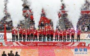 (体育)(6)排球――女排世界杯:中国队捧杯