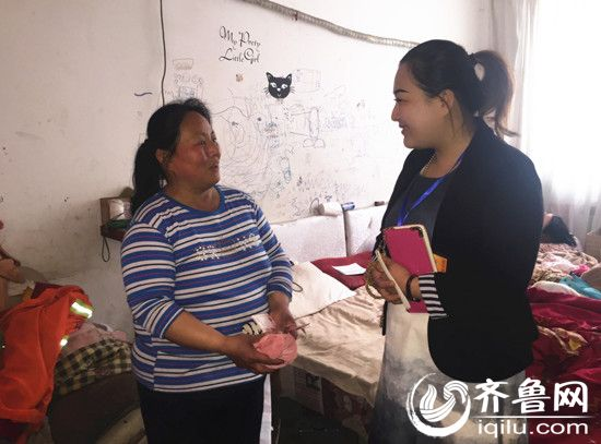 出租屋里的单身妈妈,靠做保洁、捡垃圾养育两个女儿