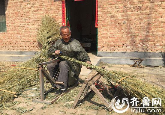 菜园村70岁的老人徐银杰扎制扫帚有20年,合作社成立后,他一年能收入3万元以上。